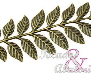 Rama con hojas de latón
