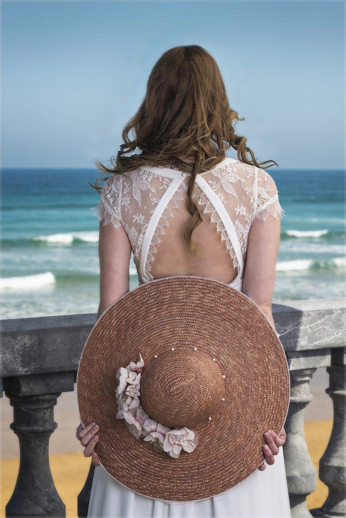 Mujer de espalda con pamela