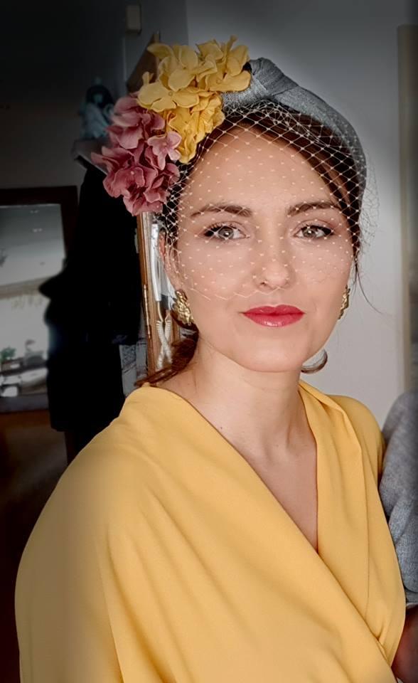 Mujer con vestido amarillo y un tocado