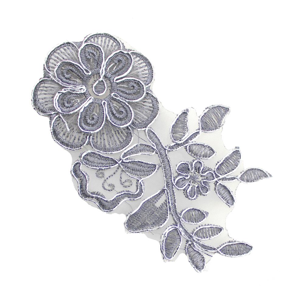 Aplicación lamé bordada flor con tallo gris y plata