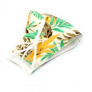 Mascarilla de tela simétrica estampado floral verde y amarilla
